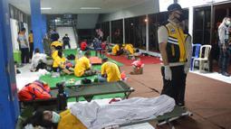 Korban selamat dari tenggelamnya kapal penumpang KMP Yunicee beristirahat setelah dievakuasi, Banyuwangi, Jawa Timur, Selasa (29/6/2021). KMP Yunicee tenggelam saat melakukan perjalanan dari Ketapang-Gilimanuk. (AP Photo/Fauzy Chaniago)