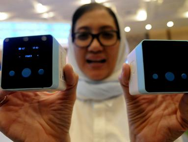 Pengunjung menunjukkan alat cek kehamilan selama pameran Pembangunan Kesehatan dan Produksi Alat Kesehatan Dalam Negeri di ICE BSD, Tangerang, Selasa (12/2). Pameran berlangsung hingga 16 Februari 2019. (Merdeka.com/Arie Basuki)