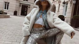 Perpaduan kontras item fashion Hailey. Perpaduan Blink Pant dan Fur Jaket yang unik dan nyentrik (Liputan6/IG/haileybieber)