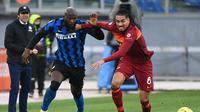 Antonio Conte tampak memerhatikan duel antara pemainnya, Romelu Lukaku dengan bek AS Roma, Chris Smalling. Inter Milan bermain imbang 2-2 pada laga ini, Minggu (10/01/2021). (Vincenzo PINTO / AFP)