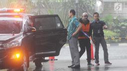 Tersangka Alexander Muskitta turun dari mobil saat tiba untuk menjalani pemeriksaan lanjutan di Gedung KPK, Jakarta, Rabu (24/4). Penyidik mengahdirkan empat tersangka terkait kasus dugaan suap proyek pengadaan barang dan jasa di PT Krakatau Steel Tbk. (merdeka.com/Dwi Narwoko)