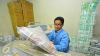 Pekerja menata uang di kantor BRI, Jakarta, Kamis (22/12). PT Bank Rakyat Indonesia Persero Tbk menyiapkan pasokan uang tunai Rp17 triliun untuk memenuhi kebutuhan transaksi masyarakat pada liburan Natal dan Tahun Baru 2017. (Liputan6.com/Angga Yuniar)