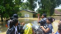 Warga Cirebon Timur terdampak Banjir sat dievakuasi Tim SAR gabungan TNI, Polri maupun BPBD (Liputan6.com / Panji Prayitno)