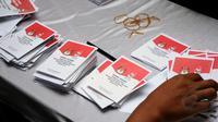 Petugas KPPS TPS 06 Nagrak, Gunung Putri, Cikeas, Bogor, membuka kembali surat suara yang telah digunakan untuk dilakukan penghitungan perolehan suara dalam Pilpres RI periode 2014-2019, (9/7/2014). (Liputan6.com/Helmi Fithriansyah)