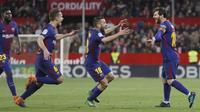 Para pemain Barcelona merayakan gol Lionel Messi (kanan) saat melawan tuan rumah Sevilla pada laga La Liga Santander di Sanchez Pizjuan stadium, (31/3/2018). Barcelona bermain imbang 2-2 dengan Sevilla. (AP/Miguel Morenatti)