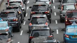 Suasana kepadatan arus lalu lintas di kawasan Jalan Sudirman, Jakarta, Rabu (6/4/2016). Gubernur DKI Jakarta Basuki Tjahaja Purnama (Ahok) berencana akan memberlakukan (aturan) sistem pelat nomor ganjil-genap. (Liputan6.com/Faizal Fanani)
