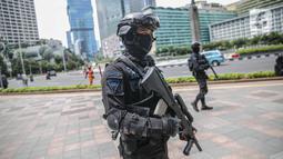 Petugas Brimob dengan senjata lengkap berjaga di kawasan Bundara HI, Jakarta, Kamis (24/12/2020). Kendaraan taktis Baracuda juga dikerahkan untuk mengamankan kawasan tersebut pada malam Natal dan perayaan Tahun Baru. (Liputan6.com/Faizal Fanani)