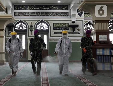 FOTO: Persiapan New Normal, Masjid Agung Al Azhar Disemprot Disinfektan