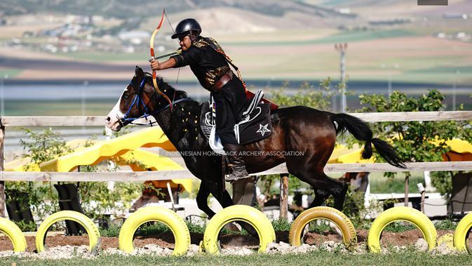 Kharisma Zaky saat naik naik podium sebagai Juara I Turnamen Panahan Berkuda Kategori Senior. (Dokumentasi KBRI Ankara)