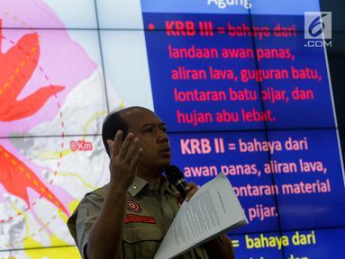 Kepala Pusat Data Informasi dan Humas BNPB, Sutopo Purwo Nugroho memberi keterangan terkait erupsi Gunung Agung, Jakarta, Senin (27/11). Semenjak sinar api di puncak teramati, tingkat erupsi Gunung Agung semakin meningkat. (Liputan6.com/Faizal Fanani)