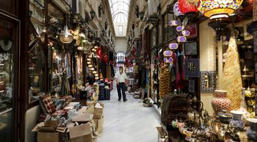 Seorang pria mengunjungi sebuah pasar perbelanjaan di Istanbul, Turki, 27 Juli 2020. Perekonomian Turki mengalami kesulitan dengan adanya lonjakan inflasi pada Juni saat pemerintah memutuskan untuk melonggarkan lockdown yang diterapkan guna mengatasi penyebaran COVID-19. (Xinhua/Osman Orsal)