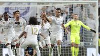 Gelandang Real Madrid Casemiro merayakan golnya ke gawang Club Brugge pada matchday kedua Grup A Liga Champions di Santiago Bernabeu, Selasa (1/10/2019). Real Madrid ditahan imbang 2-2. (AP Photo/Bernat Armangue)