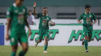 Pemain PSS Sleman, Irfan Jaya merayakan gol yang dicetaknya ke gawang Persebaya Surabaya dalam laga pekan ke-5 BRI Liga 1 2021/2022 di Stadion Wibawa Mukti, Cikarang, Rabu (29/09/2021). PSS Sleman kalah 1-3. (Bola.com/Bagaskara Lazuardi)