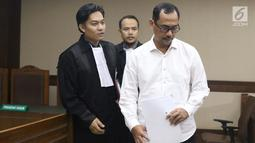 Kepala Kanwil Kemenag Jawa Timur, Haris Hasanuddin yang juga tersangka dugaan pemberian suap kepada anggota DPR Romahurmuziy (kanan) usai menjalani sidang pembacaan dakwaan di Pengadilan Tipikor, Jakarta, Rabu (29/5). (Liputan6.com/Helmi Fithriansyah)