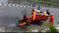 Motor pengangkut sampah terbakar siang tadi di Tanah Abang.