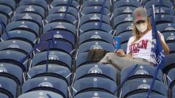 Suporter wanita Chelsea berada di tribun menunggu dimulainya pertandingan final Liga Champions antara Manchester City dan Chelsea di Stadion Dragao di Porto, Portugal, Sabtu (29/5/2021). (Pierre Philippe Marcou / Pool via AP)