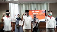 Relawan Indonesia Bersatu Lawan Covid-19 dan Kahmipreneur memberikan beasiswa pendidikan.