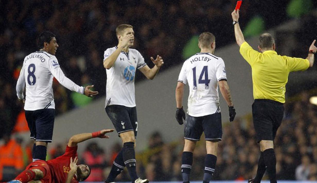 Jonathan Moss mengeluarkan kartu merah terhadap gelandang Brasil Paulinho karena  melakukan pelanggaran terhadap striker Liverpool Luis Suarez (AFP/Ian Kington)