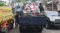 Mobil bak terbuka mengangkut perabotan milik warga di kawasan Bukit Duri, Jakarta, Kamis (8/9). Jelang penertiban, warga di kawasan itu berinisiatif mengemas barang untuk pindah ke Rusun Rawa Bebek pascaterbitnya SP II. (Liputan6.com/Immanuel Antonius)