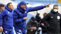 Pelatih Chelsea, Thomas Tuchel, memberikan arahan kepada anak asuhnya saat melawan Aston Villa pada laga Liga Inggris di Stadion Villa Park, Minggu (23/5/2021). Chelsea tumbang dengan skor 2-1. (Richard Heathcote/Pool via AP)