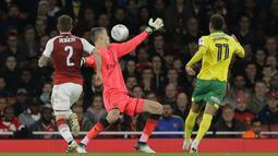 Pemain Norwich City, Yanic Wildschut (kanan) mencetak gol ke gawang Arsenal pada laga Piala Liga Inggris di Emirates Stadium, London, (24/10/2017). Arsenal menang 2-1. (AP/Alastair Grant)