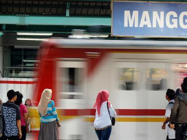 Calon penumpang menunggu kereta commuter line di Stasiun Manggarai, Jakarta, Kamis (13/2/2020). PT KCI melakukan rekayasa perjalanan KRL Bogor dan Bekasi terkait penggantian wesel atau persimpangan rel di stasiun Gambir dan Jakarta Kota. (merdeka.com/Magang/Muhammad Fayyadh)