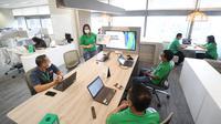 Digitalisasi Manulife:  Tim leader sedang membahas soal  percepatan layanan ke berbagai nasabah via program digital terbaru Manulife di ruang kerja anyar. Dok