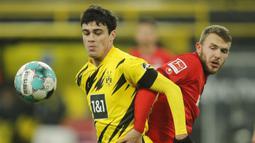 Giovanni Reyna. Gelandang serang Borussia Dortmund berusia 18 tahun ini dipercaya mengenakan jersey nomor punggung 7  mulai musim 2021/2022 ini usai kepergian Jadon Sancho. Selama 1,5 musim sejak awal kedatangannya ia mengenakan jersey bernomor punggung 32. (Foto: AFP/Pool/Leon Kuegeler)