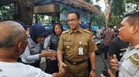 Gubernur DKI Jakarta Anies Baswedan bersalaman dengan petugas Dishub saat meninjau fasilitas publik di kawasan Bundaran HI, Jakarta, Senin (22/4). (Liputan6.com/Johan Tallo)