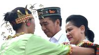 Presiden Jokowi dan Ibu Negara Iriana disambut sampiran kain tradisional NTT di  Bandar Udara Komodo, Kabupaten Manggarai Barat (Dok.Instagram/@jokowi/ https://www.instagram.com/p/BzvBBNABIZC/Komarudin)