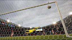 Pemain Kroasia Luka Modric mencetak gol ke gawang Skotlandia yang dijaga David Marshall pada pertandingan Grup D Euro 2020 di Stadion Hampden Park, Glasgow, Selasa (22/6/2021). Kroasia menang 3-1. (AP Photo/Petr David Josek, Pool)