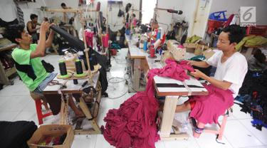 Pekerja menyelesaikan jahitan pakaian di kawasan sentra konveksi Kampung Bulak Timur, Cipayung, Depok, Kamis (9/5/2019). Awal bulan puasa hingga seminggu menjelang lebaran merupakan masa kesibukan penyelesaian jahitan di kawasan yang dihuni ratusan pelaku UMKM konveksi ini. (merdeka.com/Arie Basuki)
