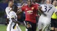 Pemain Manchester United, Anthony Martial melewati adangan para pemain LA Galaxy pada laga persahabatan di StubHub Center, California, Sabtu (15/7/2017). MU menang 5-2. (AP/Jae C. Hong)