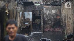 Warga membersihkan puing sisa kebakaran di kawasan padat penduduk di Jalan Kebon Jeruk 4, RT 004 RW 06, Kelurahan Maphar, Kecamatan Taman Sari, Jakarta, Jumat (7/2/2020). Sebanyak 29 unit mobil dikerahkan untuk melakukan pemadaman yang terjadi pada Kamis (6/2) malam. (Liputan6.com/Immanuel Antonius)
