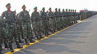 Prajurit TNI mengikuti apel kesiapan pasukan pengamanan pelantikan presiden dan wakil presiden terpilih 2019-2024 di Lanud Halim Perdanakusuma, Jakarta, Senin (30/9/2019). Sebanyak 8.526 pasukan disiagakan dalam pelantikan. (Liputan6.com/Herman Zakharia)