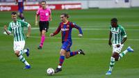 Penyerang Barcelona, Antoine Griezmann, menggiring bola saat melawan Real Betis pada laga La Liga di Stadion Camp Nou, Sabtu (7/11/2020). Barca menang dengan skor 5-2.(AP/Joan Monfort)