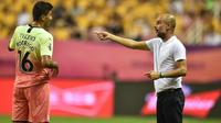 Rodri Hernandez mendapat arahan dari manajer Manchester City, Pep Guardiola. (AFP/Hector Retamal)