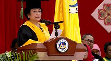 Presiden ke-5 RI, Megawati Sukarnoputri, dianugerahi doktor kehormatan bidang politik pendidikan oleh Universitas Negeri Padang.