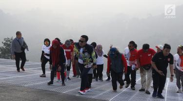 Menpora Imam Nahrawi (tengah) meninjau kesiapan venue Paralayang di kawasan Puncak, Cianjur, Jawa Barat, Kamis (26/7). Selain meninjau kesiapan venue, Menpora juga melihat latihan atlet paralayang Indonesia. (Liputan6.com/Helmi Fithriansyah)