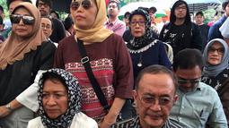Kesedihan keluarga dan kerabat saat pemakaman musikus Yockie Suryo Prayogo di TPU Karet Bivak, Jakarta, Senin (5/2). Yockie sempat menjalani perawatan selama beberapa hari di Rumah Sakit Pondok Indah Bintaro. (Liputan6.com/Immanuel Antonius)