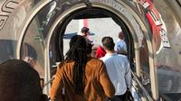 Penumpang meninggalkan pesawat Emirates Airline setelah menjalani pemeriksaan di Bandara Kennedy New York, Rabu (5/9). Sebanyak 100 dari sekitar 521 penumpang dan awak jatuh sakit selama terbang dengan pesawat dari Dubai ke New York. (Larry Coben via AP)