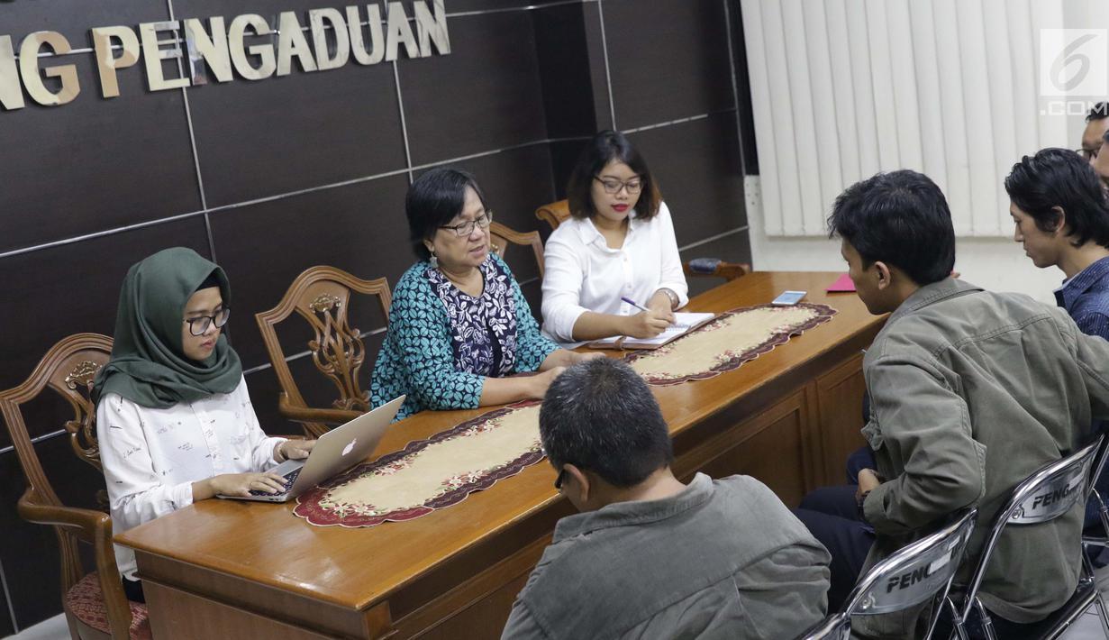 Komisioner Komnas HAM, Sandrayati Moniaga (kedua kiri) melakukan audiensi dengan perwakilan KontraS, YLBHI serta GERAK di Jakarta, Rabu (15/5/2019). KontraS, YLBHI serta GERAK melaporkan pencideraan Hari Buruh 2019 dengan Kekerasan yang dilakukan oleh aparat. (Liputan6.com/Helmi Fithriansyah)