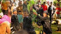 Saling lempar makanan dan saling melempar bau menjadi pemicu tawuran dalam tradisi Dukutan di desa Nglurah, Tawangmangu, Karanganyar Jawa Tengah. (foto: Liputan6.com / pemkab Karanganyar / edhie prayitno ige)