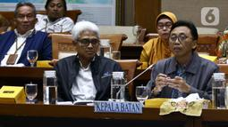 Kepala Batan, Anhar Riza Antariksawan (kanan) memberikan paparan saat mengikuti Rapat Dengar Pendapat dengan Komisi VII DPR di Kompleks Parlemen Jakarta, Kamis (20/2/2020). Rapat membahas temuan radiasi radioaktif di Perumahan Batan Indah, Tangerang Selatan. (Liputan6.com/Johan Tallo)