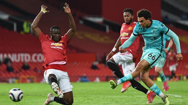 Bek Liverpool, Trent-Alexander Arnold (kanan) melepaskan tendangan ke gawang Manchester United dalam laga lanjutan Liga Inggris 2020/2021 pekan ke-35 di Old Trafford, Kamis (13/5/2021). Liverpool menang 4-2 atas Manchester United. (AFP/Peter Powell/Pool)