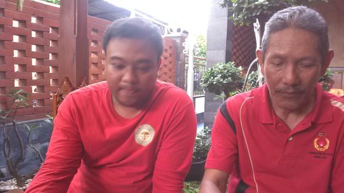 Anak kedua anggota nonaktif Komisi Disiplin PSSI Dwi Irianto, Berlandika Candra Pramdikta (kiri) saat ditemui di kediamannya. (Bola.com/Vincentius Atmaja)