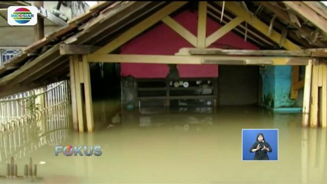 Banjir di Kabupaten Bandung belum juga surut. Pengungsi korban banjir mulai terserang penyakit, seperti demam dan infeksi saluran pernapasan.