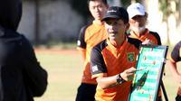 Pelatih Persebaya Surabaya, Djadjang Nurdjaman, tengah memberikan instruksi dalam sesi latihan. (Bola.com/Aditya Wany)