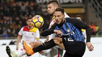 Pemai Inter Milan, Danilo D'Ambrosio (kanan) melepaskan tembakan saat diadang pemain Benevento, Berat Djimsiti pada lanjutan Serie A Italia di San Siro stadium, Milan, (24/2/2018). Inter menang 2-0. (AP/Antonio Calanni)