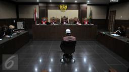 Kamaluddin Harahap saat menjalani sidang putusan di pengadilan Tipikor, Jakarta, (8/6). Hukuman terhadap Kamaluddin lebih ringan dibanding tuntutan Jaksa, yaitu 7 tahun penjara dan denda Rp 200 juta subsider 6 bulan kurungan. (Liputan6.com/Helmi Afandi)